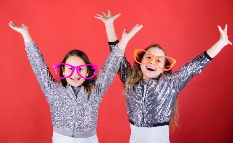 Alegría y felicidad de sensación Las pequeñas muchachas felices disfrutan de felicidad Poco sonrisa feliz de los niños en el part fotografía de archivo