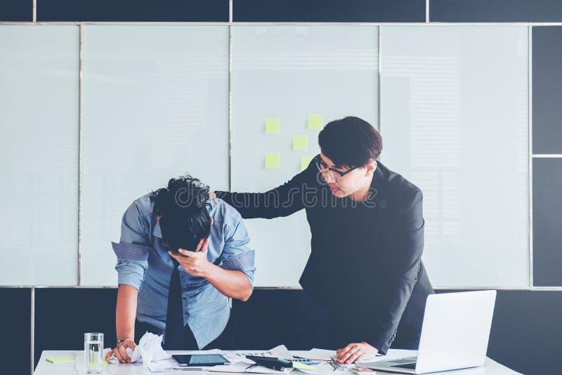 Alegrías de Asia de la consolación de Boss en el negocio, gente deprimida, empl foto de archivo libre de regalías