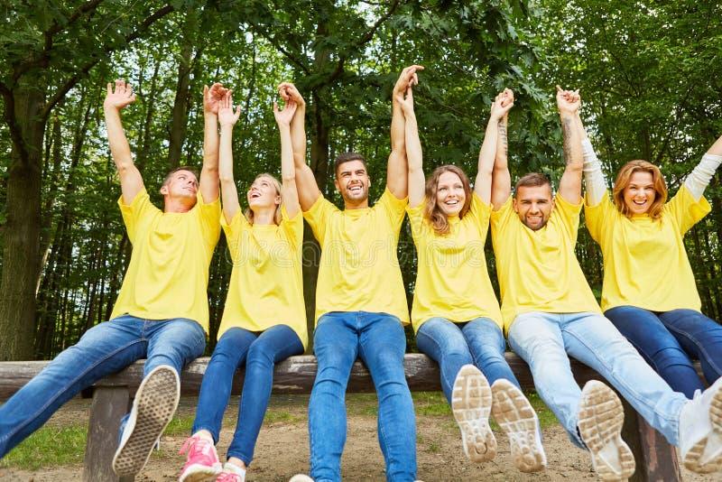 Alegrías de lanzamiento acertadas del equipo felices fotos de archivo libres de regalías