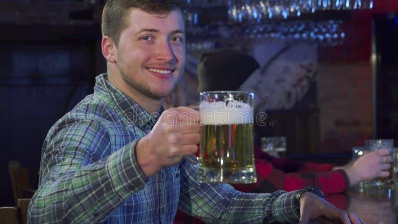 Alegrías del individuo en el pub foto de archivo libre de regalías