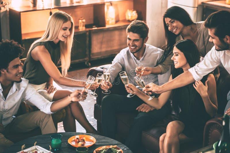 ¡Alegrías a los amigos! imagen de archivo libre de regalías