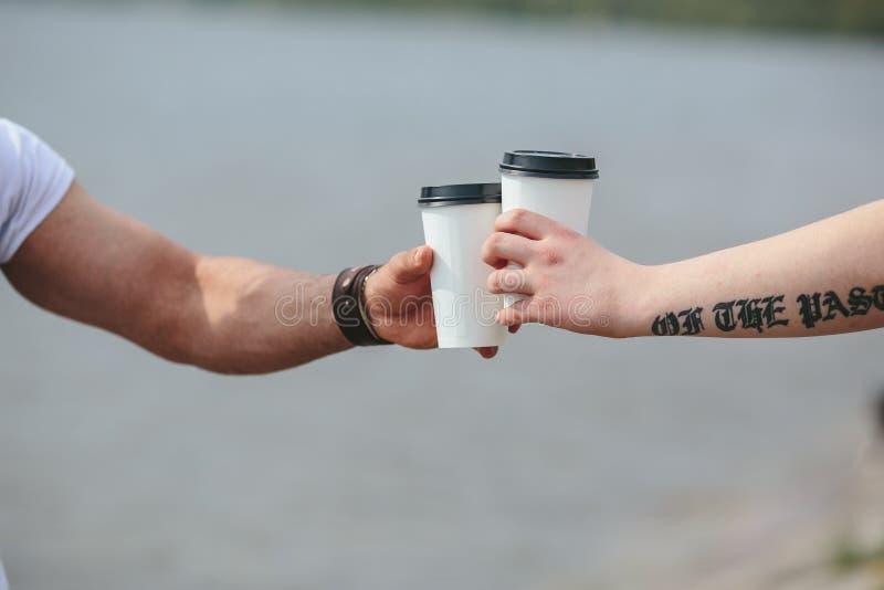 Alegrías usando dos tazas de café imágenes de archivo libres de regalías
