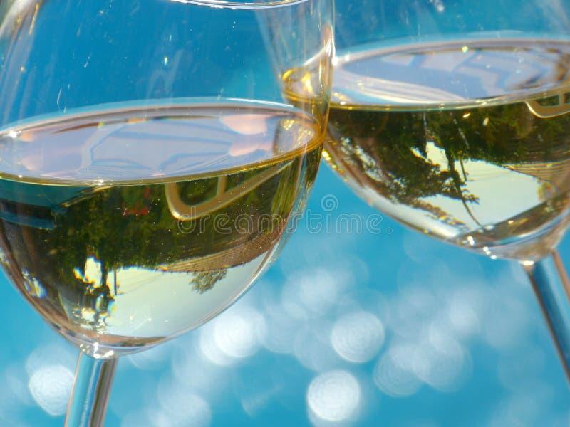 ¡Alegrías! vidrios del tintineo de vino blanco fotografía de archivo