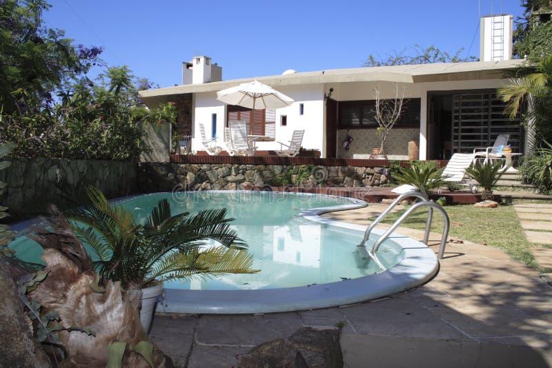 Download Alegre σπίτι Πόρτο κήπων στοκ εικόνα. εικόνα από βακκινίων - 381075