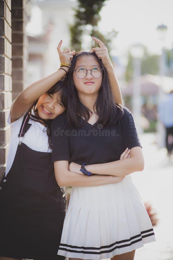 Alegre do adolescente dois asiático que joga com emoção de relaxamento imagem de stock
