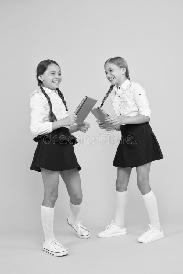 Alegres niñas en la escuela Señalar los aspectos positivos iniciar la escuela crear anticipación positiva primera clase de día Tr imagenes de archivo
