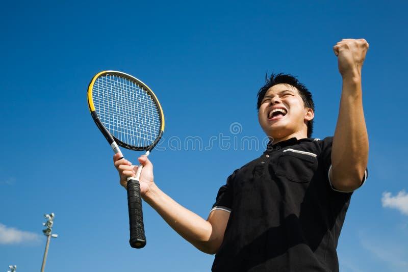 Alegria asiática do jogador de ténis na vitória fotos de stock