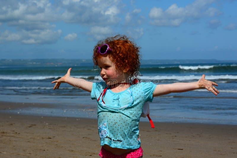 Alegria da menina na praia do oceano largo fotos de stock royalty free