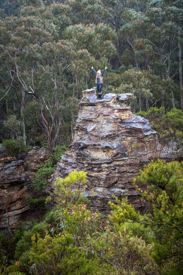 Alegria do caminhante após ter escalado um pagode nas montanhas foto de stock