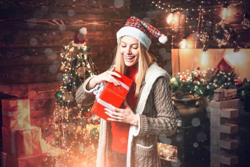 Alegria do Natal Luzes interiores de madeira da fest?o das decora??es do Natal da mulher ?rvore de Natal Enchido com o elogio da  fotografia de stock