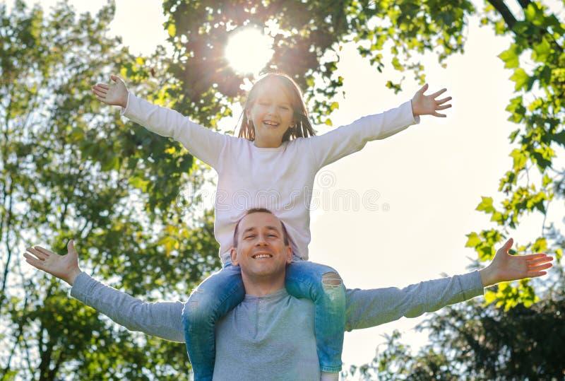 Alegria do pai e da filha da liberdade fotos de stock royalty free
