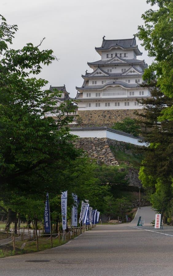 Alei droga Himeji kasztel obramiający tradycyjnymi flagami na jasnym, słoneczny dzień Himeji, Hyogo, Japonia, Azja zdjęcie stock