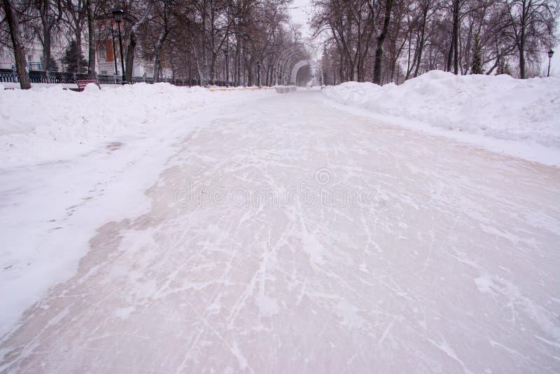 Alei korona Śnieżny tło, zamraża porysowane łyżwy obraz royalty free