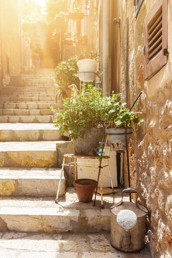 Aleia íngreme da escadaria de Narow na vila mediterrânea pequena imagens de stock royalty free