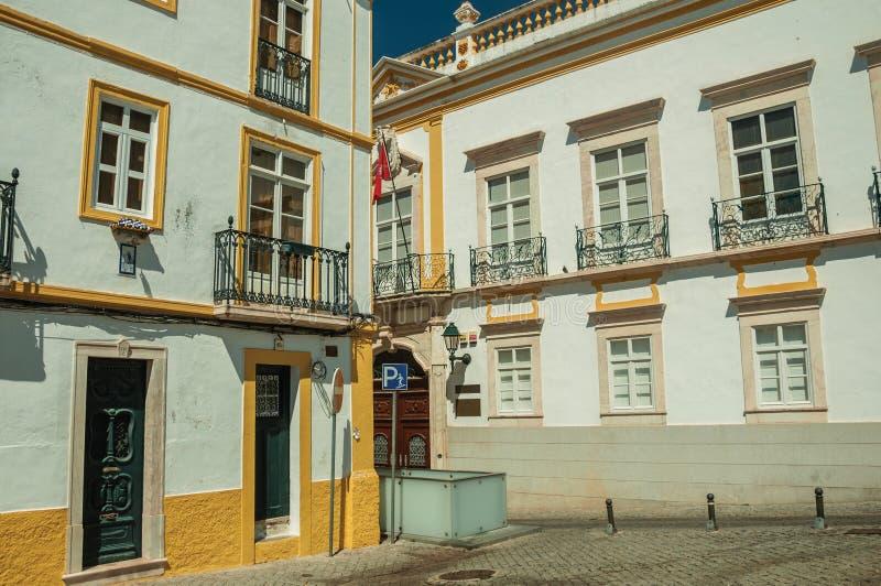 Aleia com as fachadas de casas coloridas velhas imagem de stock royalty free
