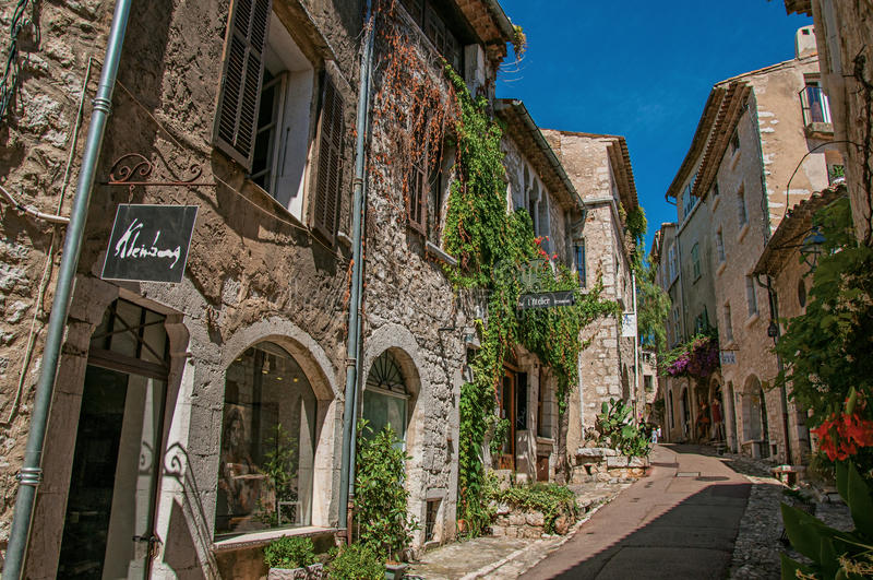 Aleia com casas e as lojas de pedra no Saint-Paul-de-Vence fotografia de stock
