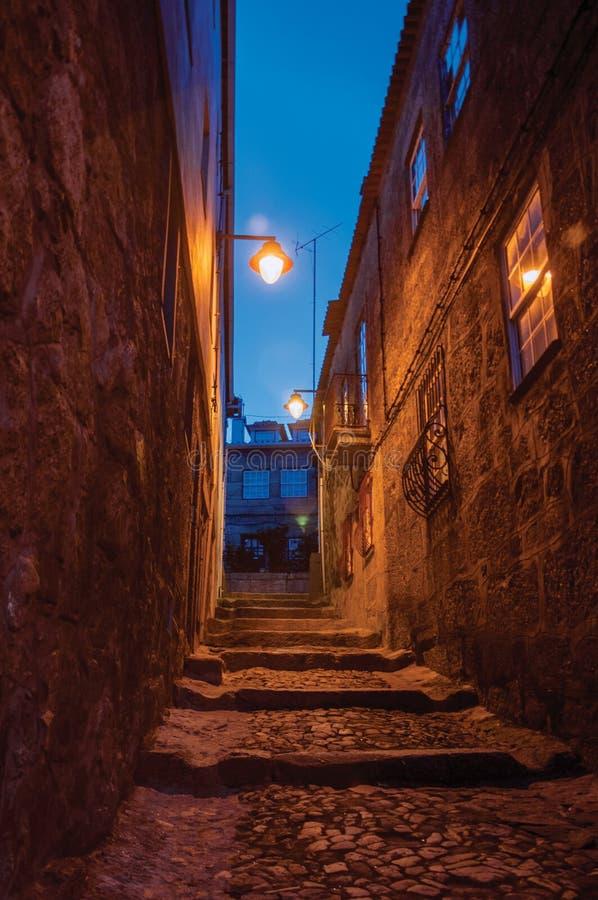Aleia com etapas e casas de pedra na noite fotografia de stock