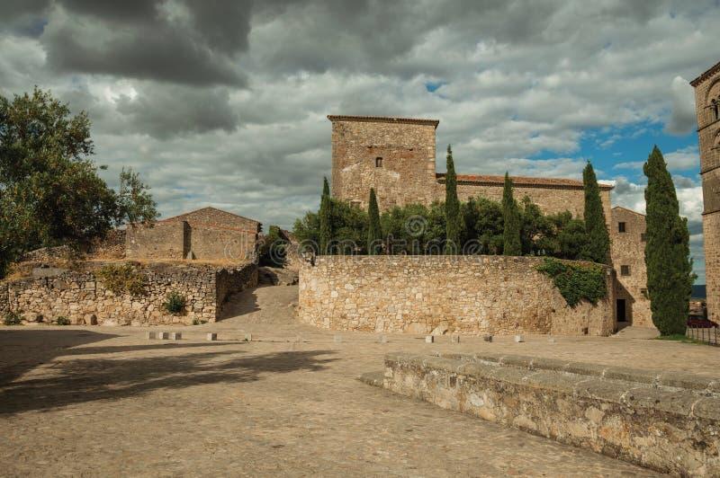Aleia com paredes de pedra e construção velha em Trujillo fotos de stock royalty free