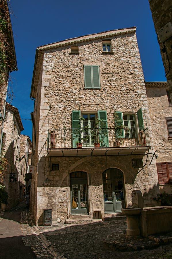 Aleia com quadrado, as casas de pedra e a fonte no Saint-Paul-de-Vence fotos de stock