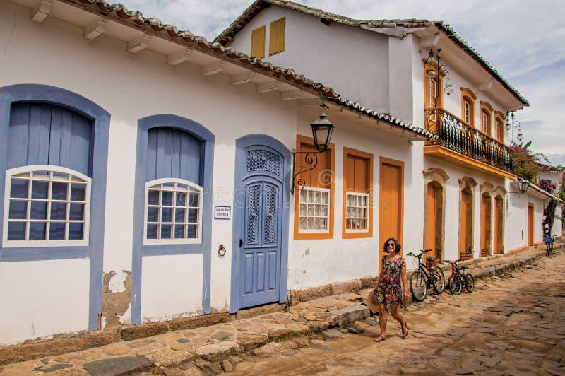 Aleia da pedra com as casas velhas coloridas e mulher em Paraty imagem de stock royalty free
