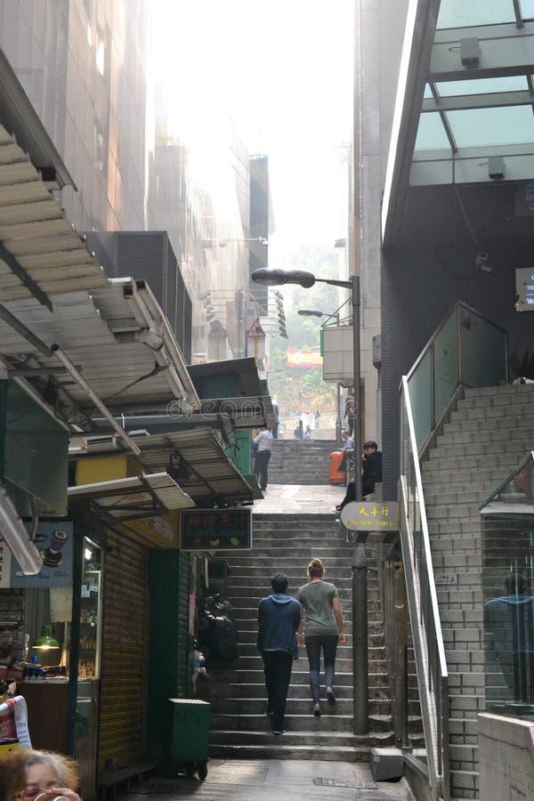 Aleia da rua com as escadas em Hong Kong, China fotografia de stock