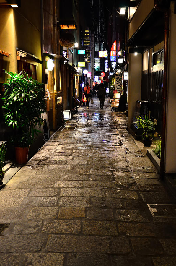 Aleia da rua movimentada da cidade de Osaka, Japão foto de stock royalty free