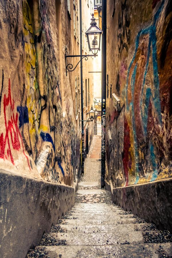 Aleia do Grunge em Gamla stan, Éstocolmo, Suécia: Gränd de Mårten Trotzigs imagens de stock royalty free