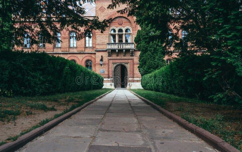 Aleia do jardim velho e a construção da residência metropolitana em Chernivtsi, Ucrânia foto de stock royalty free