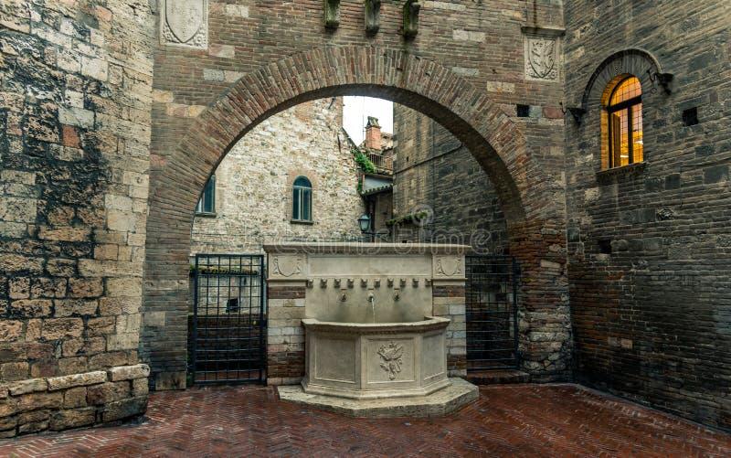 Aleia e construções medievais italianas tradicionais no centro histórico da cidade bonita de Perugia, em Umbria Region, Itália fotografia de stock