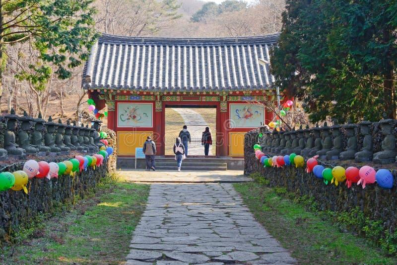 Aleia e porta entrando do templo budista de Gwaneumsa em Jeju imagem de stock royalty free