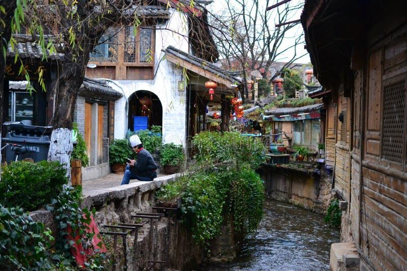 Aleia e ruas na cidade velha de Lijiang, Yunnan, China com arquitetura chinesa tradicional fotos de stock royalty free