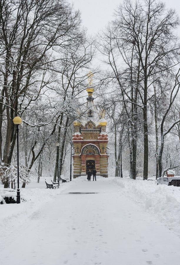 Aleia no parque do inverno que conduz à capela imagens de stock royalty free