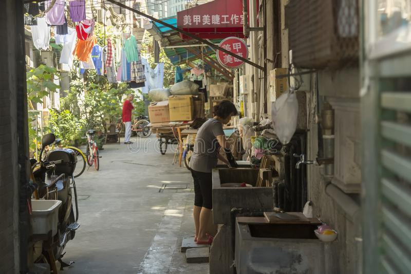 Aleia pobre do ` s dos povos em Shanghai fotografia de stock