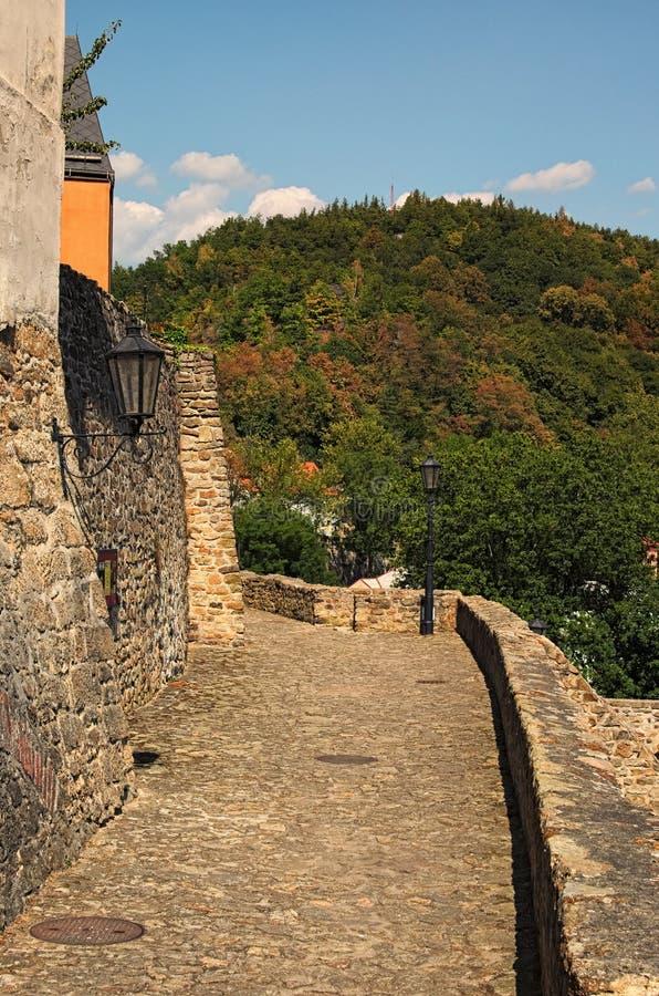 Aleia surpreendente para caminhadas da parede medieval da fortificação do castelo Loket Dia de verão ensolarado foto de stock royalty free