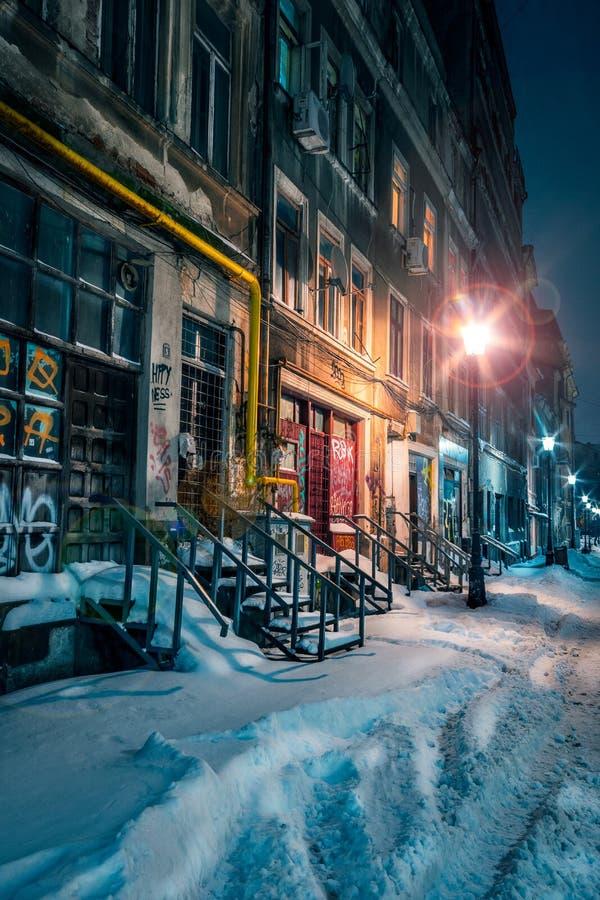 Aleia velha bonita coberta com a neve no inverno com bui velho foto de stock