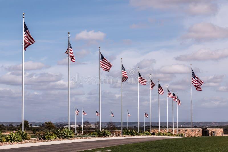 Aleja flaga przy Miramar Krajowym cmentarzem obrazy royalty free