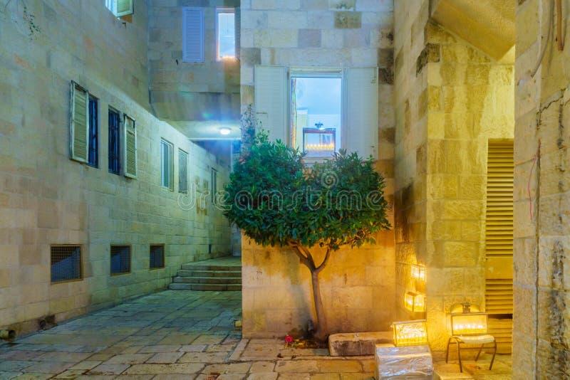 Aleja w Żydowskiej ćwiartce z Tradycyjnym Menorahs, jervis obraz royalty free