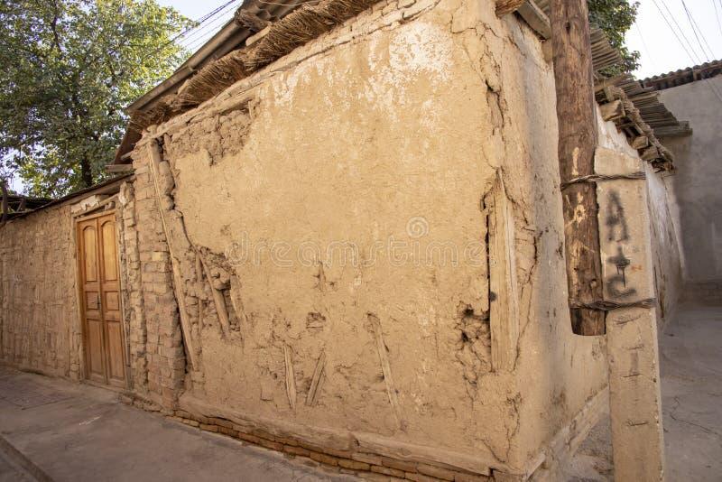 Aleja z starą ścianą i drzwi, Stary Grodzki Tashkent, Uzbekistan fotografia stock