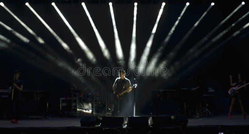 Alejandro Sanz na fase durante sua digressão de concertos fotos de stock