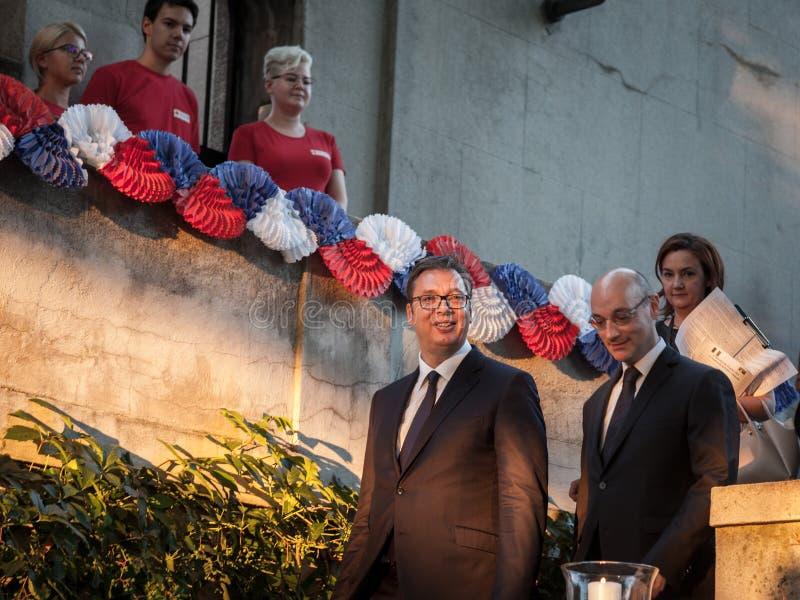Aleksandar Vucic, президент Сербии входя в французское посольство с французским embassador к Белграду Frederic Modoloni стоковое фото