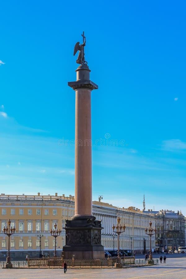 Aleksander kolumna na pałac kwadracie przed zima pałac - erem w Świątobliwym Petersburg, Rosja fotografia stock