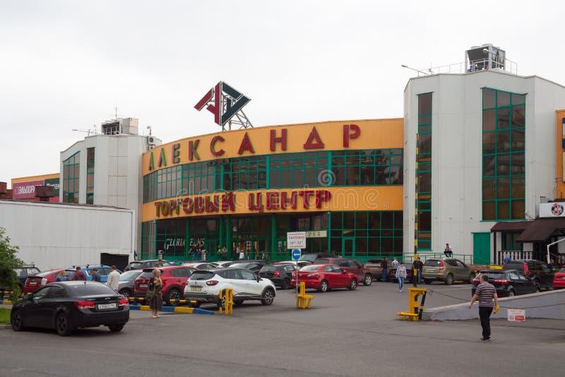 Aleksander Ląduje zakupy centrum handlowe, ludzi i samochodowego parking 24, 07 2018 zdjęcia stock