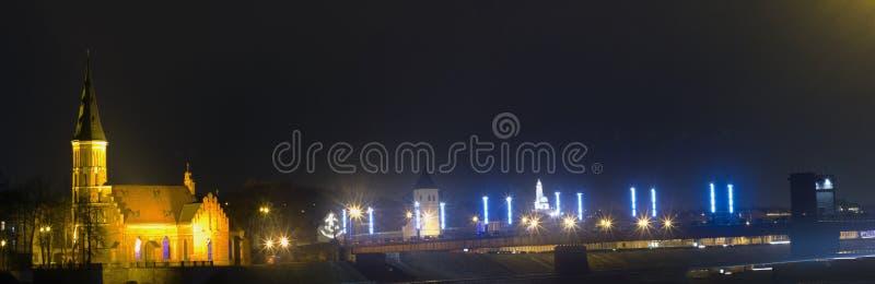Aleksotas bro på natten, Kaunas, Litauen arkivbilder