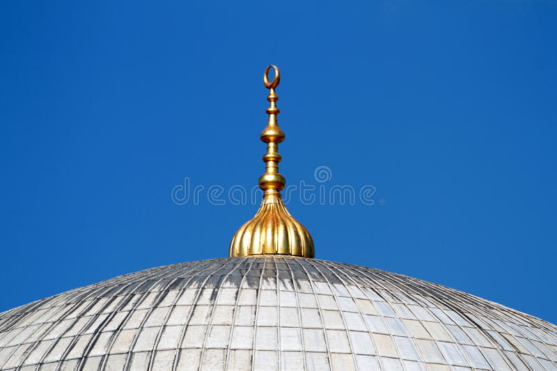 Alem dourado sobre as abóbadas da mesquita em Istambul fotografia de stock