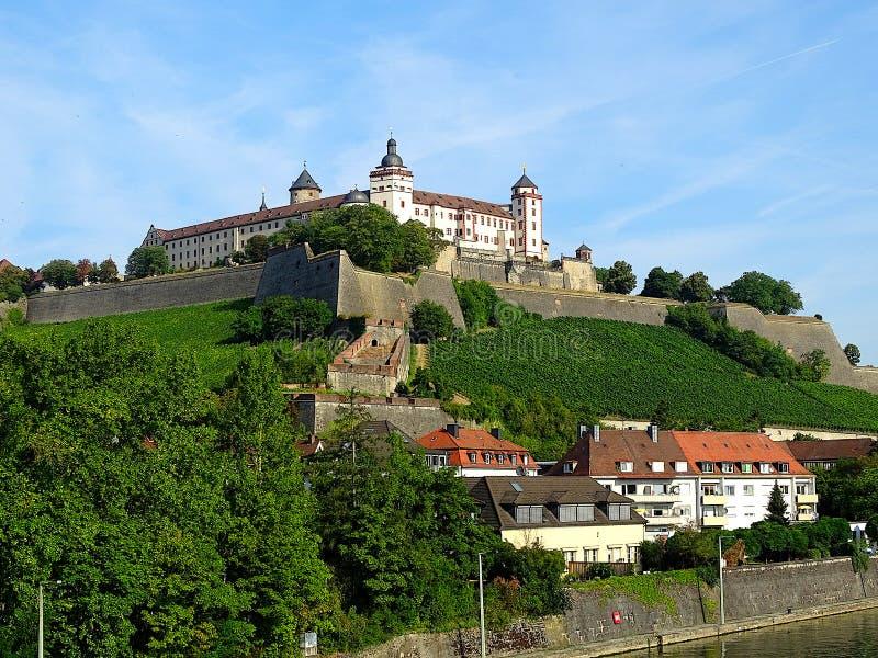 Alem?n de la fortaleza de Marienberg: Festung Marienberg es una se?al prominente en la orilla izquierda del r?o principal en Wurz fotos de archivo libres de regalías