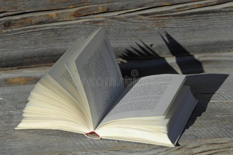Alemanha, Ammersee, livro aberto no alojamento de madeira imagens de stock