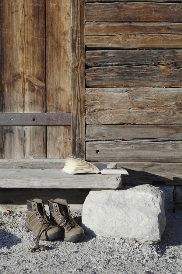 Alemanha, Ammersee, livro no alojamento de madeira com caminhada de sapatas imagens de stock royalty free