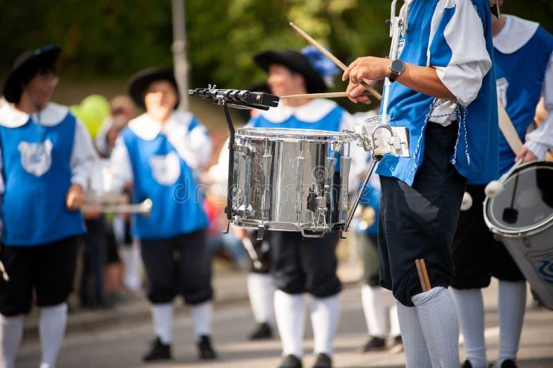 Alemanha, Baden-Württemberg, Niederstetten Setembro de 2019 Orquestra tradicional de colheita automática da cidade ruim imagem de stock royalty free