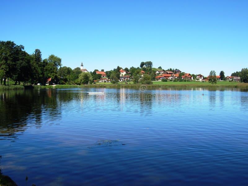 Alemanha, Baviera, Riegsee, vila tradicional e prado luxúria fotografia de stock