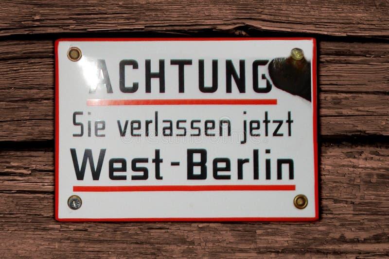 """Alemanha, Brema, novembro a atenção 2007 da placa sinal de aviso do †de """"você está saindo agora de Berlim Ocidental no idioma a foto de stock"""